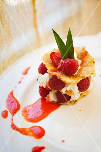 Cialda di ananas con panna e lamponi (wafers of pineapple layered with cream and raspberries)