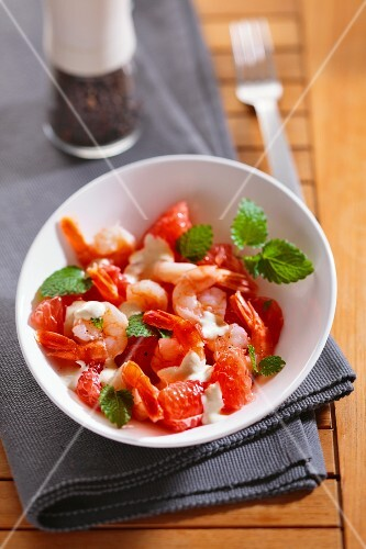 Grapefruit salad with prawns and a cream dressing