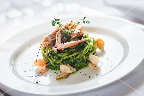 Spaghetti pesto e scampi (pasta with pesto and langoustines)
