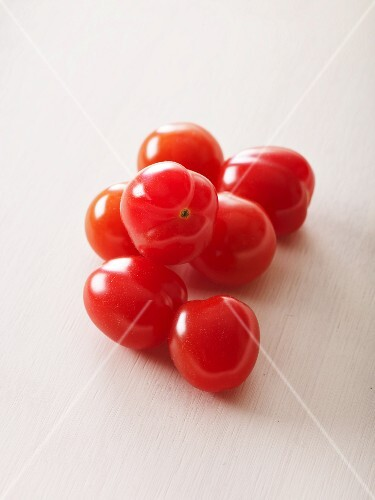 Red tomatoes of the variety 'Coeur de Pigeon'