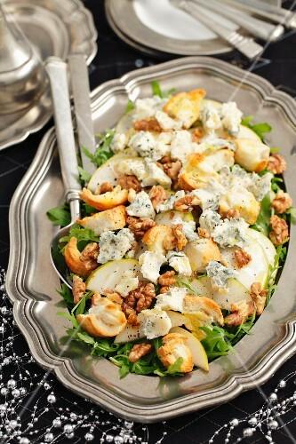 Pear salad with rocket, gorgonzola and roasted walnuts