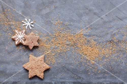 Star-shaped cinnamon biscuits with sugar icing