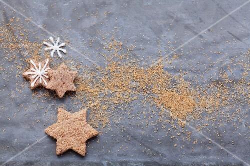 Sternförmige Zimtplätzchen mit Zuckerglasur