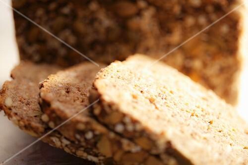 Sliced wholemeal sandwich loaf (close-up)