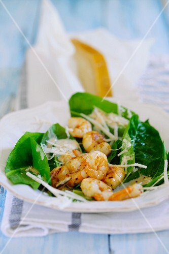 Fried prawns with spinach salad