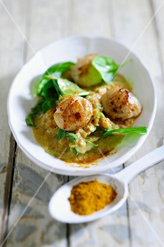 Spinach and lentils with fried scallops