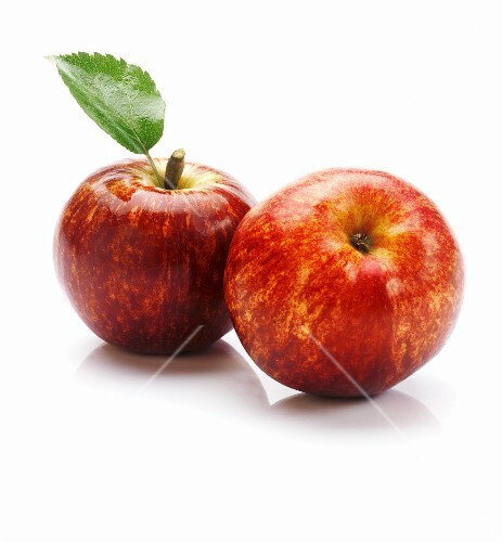 Two apples of the variety 'Red Delicious'