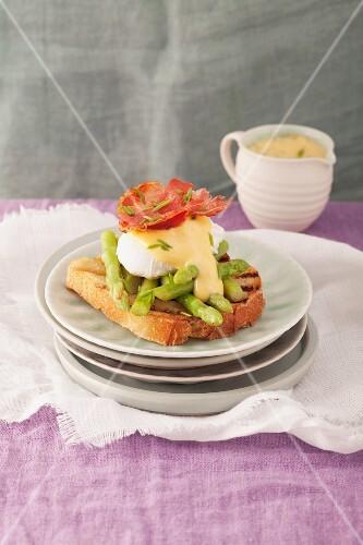 Egg Benedict mit grünem Spargel