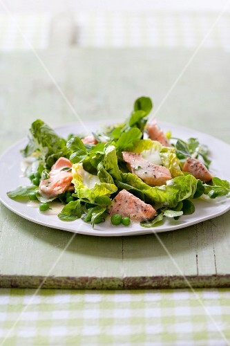 Green salad with salmon and peas