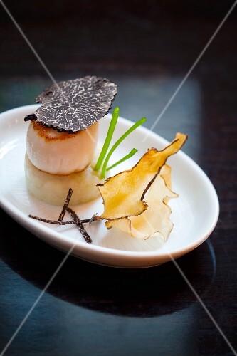 Scallops with truffles on a purée of Jerusalem artichokes