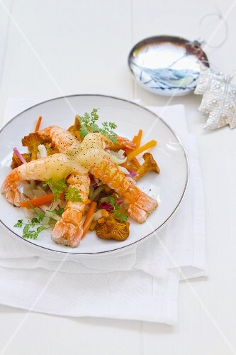 Fried scampi with Emmental, chanterelle mushrooms and vegetables (Christmassy)