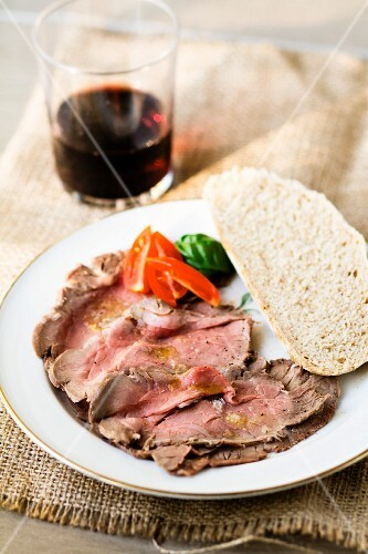Roast beef with vinaigrette and bread