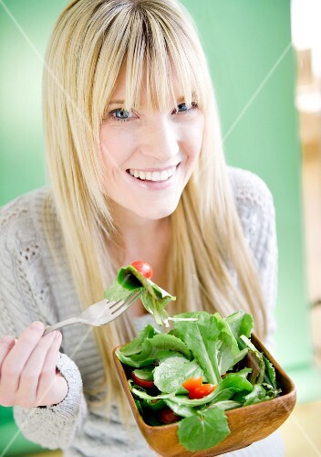 USA, New Jersey, Jersey City, young woman eating salad