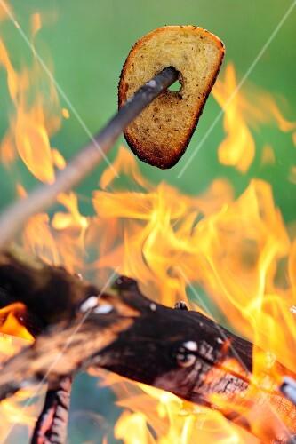 Brot auf dem Lagerfeuer rösten