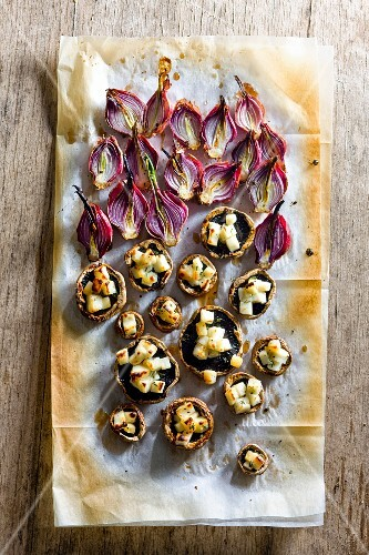 Mushrooms and onions with haloumi