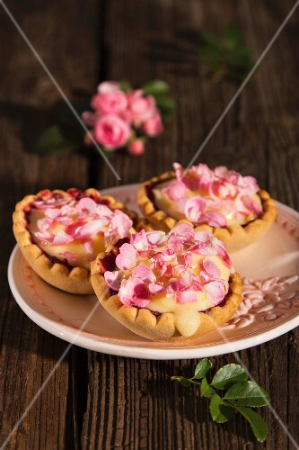 Tartlets with vanilla cream and rose petals