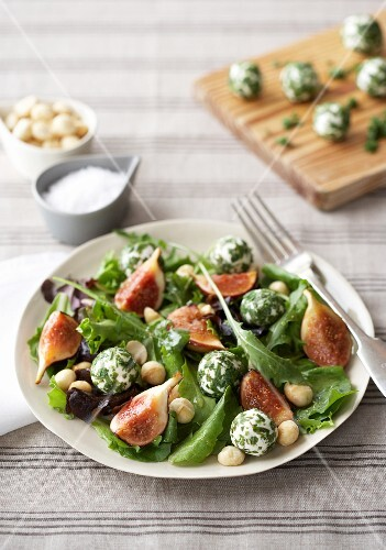 Salad leaves with figs and balls of goat's cheese