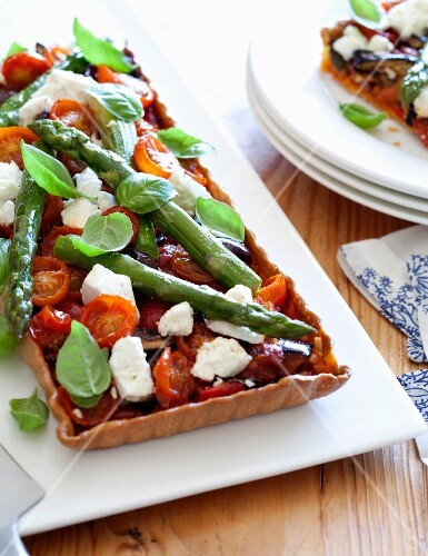 Tart with tomatoes, green asparagus and feta