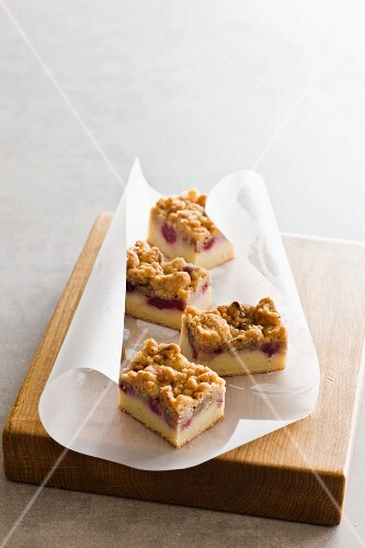 Berry and vanilla slices with crumble topping