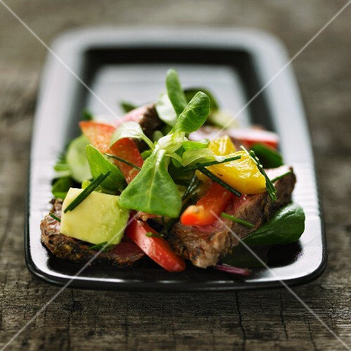 Lamb's lettuce with avocado, peppers and beef