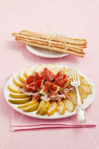 Pear salad with Parma ham and figs, and grissini