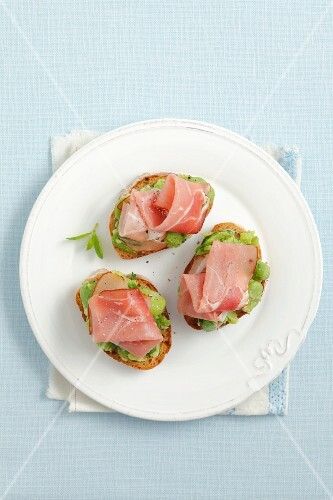 Crostini with broad beans, smoked ham and mint
