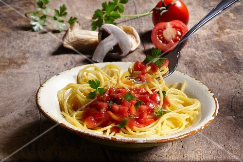Spaghetti with tomato sauce, mushrooms and parsley