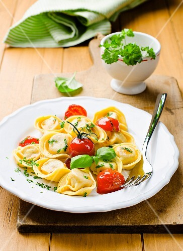 Tortellini with tomatoes, basil and parsley