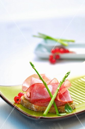 Bread with salami and asparagus