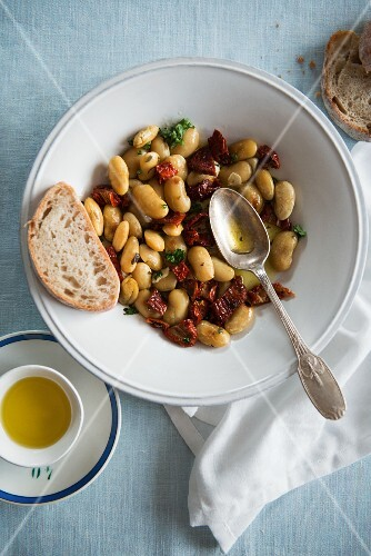 White bean salad with dried tomatoes and olive oil