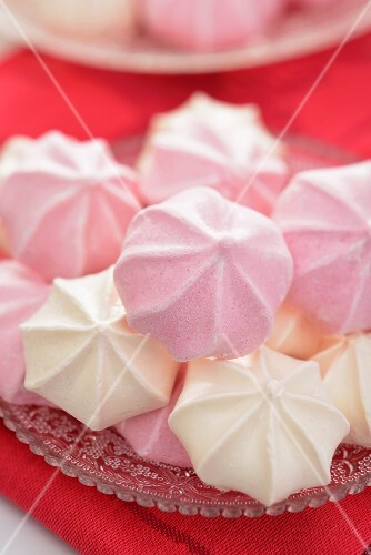 White and pink bite-sized meringues