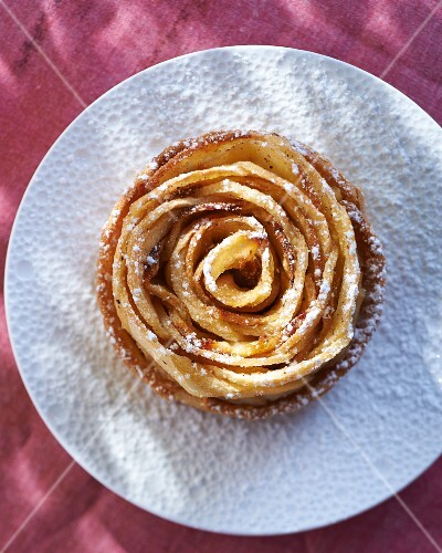 Small apple tart with icing sugar