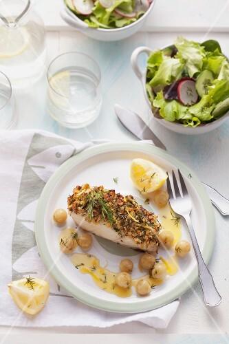 Seelachsfilet mit Kräuterkruste und gegrillten Stachelbeeren auf Teller