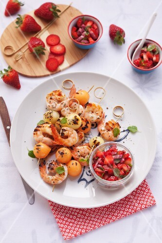 Melonen-Scampi-Spieße mit Erdbeer-Basilikum Salsa