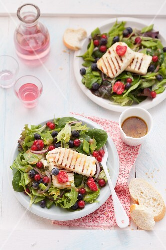 Salad leaves with summer berries and grilled halloumi