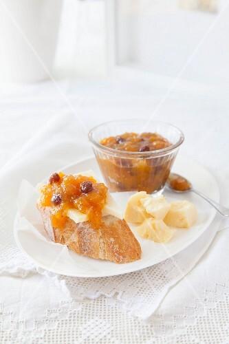 Peach and raisin chutney with bread