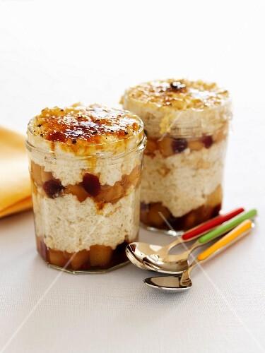 Layered dessert with porridge, fruit and caramel