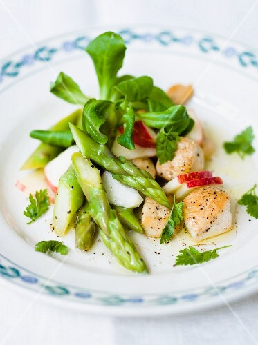 Asparagus and chicken salad with apple and lamb's lettuce