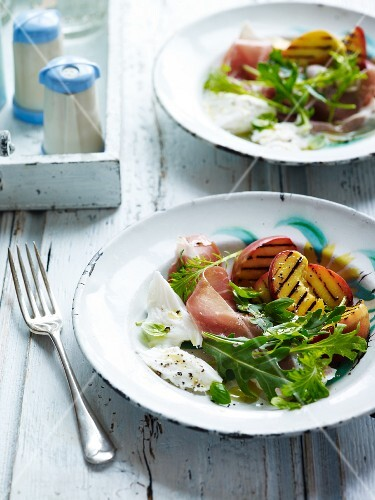 Rocket salad with grilled peaches and dry-cured ham