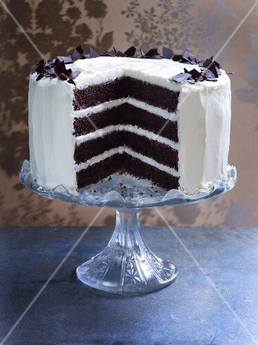 Chocolate and cream layer cake, sliced open