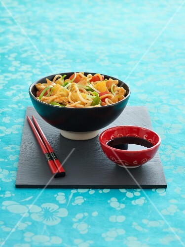 Noodles with chicken, pineapple and peppers, with soy sauce (Asia)