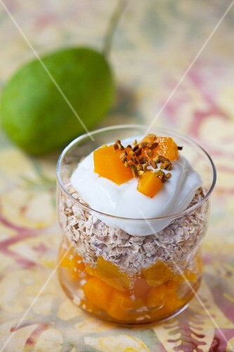 Porridge oats with mango and yoghurt