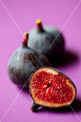 Red figs, whole and halved