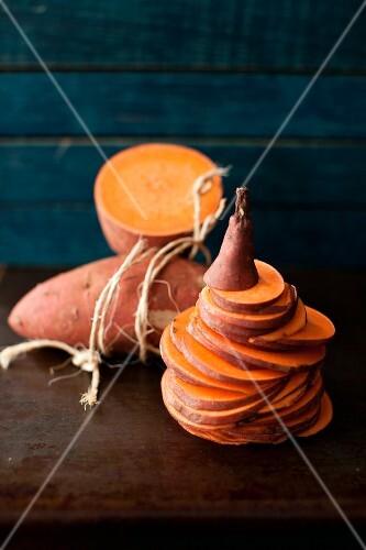 Süßkartoffeln, ganz, halbiert & in Scheiben geschnitten