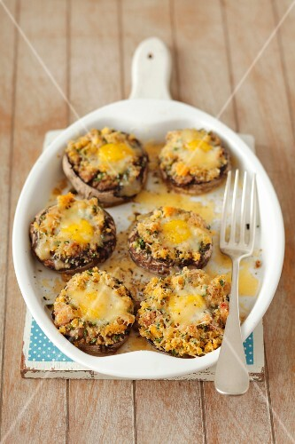 Stuffed mushrooms with bacon, breadcrumbs, parsley and quail's eggs
