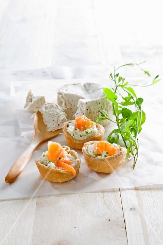 Mini quiches with cream cheese and smoked salmon