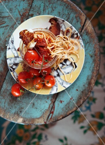 Spaghetti with red pesto and grilled goat's cheese