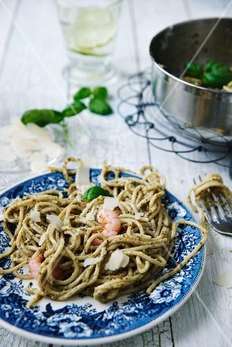 Spaghetti mit grünem Pesto, Garnelen, Parmesan und Basilikumblätter
