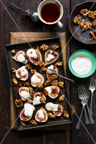 Baked figs with yoghurt and caramelised walnuts