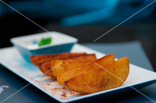 Potato wedges on a rectangular plate